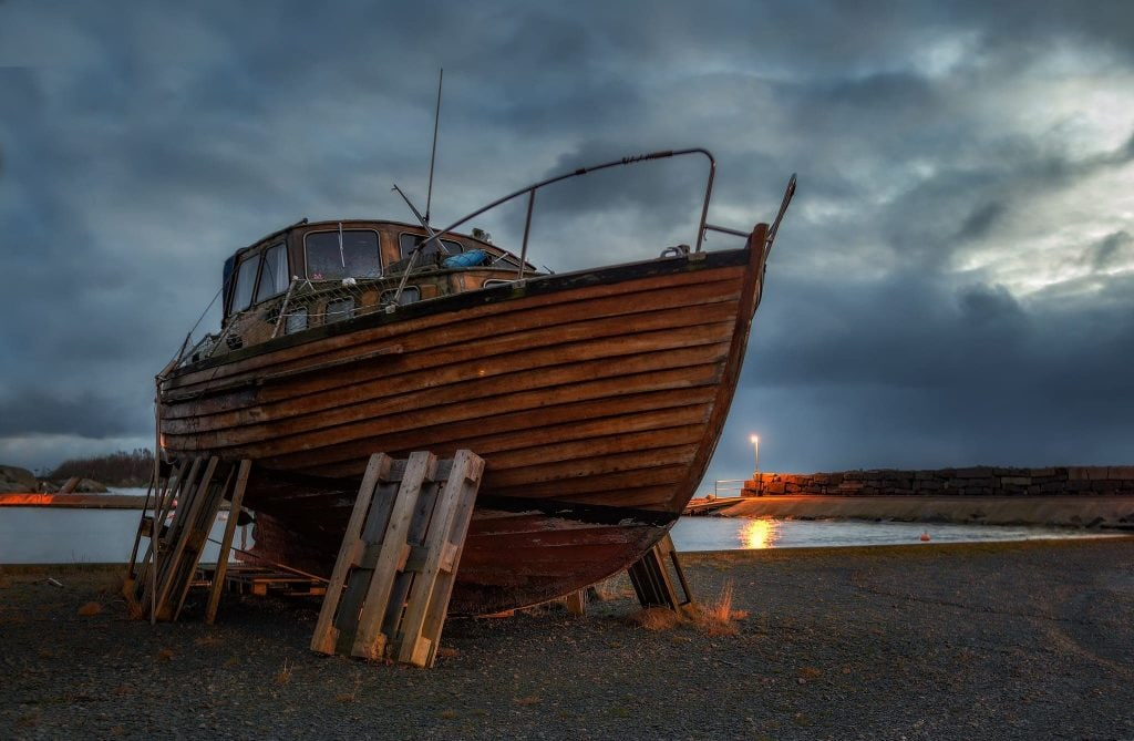 Träbåt i Väggahamnen fotograferat och bildbehandlad med HDR-teknik
