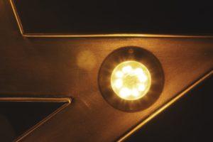 En glödlampa i en ljusstake i mitt vardagsrum - Ludwig Sörmlind