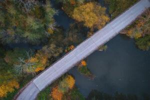 Flygfoto över bron precis vid länsgränsen mellan Västmanlands och Uppsala län